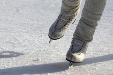personne qui fait du patin à glace à la patinoire